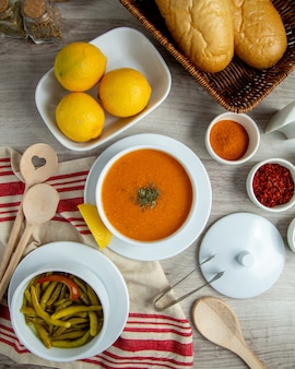 Soupe de lentilles aux épices de citron verts vue de dessus