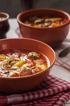Soupe de lentilles dans des bols avec des boulettes de viande