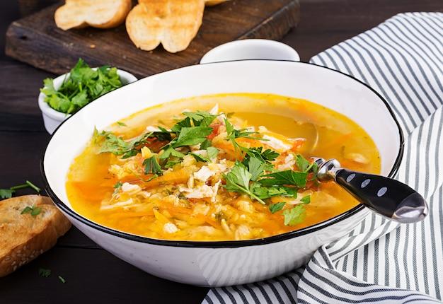 Soupe de lentilles rouges avec viande de poulet et légumes gros plan sur la table. la nourriture saine.