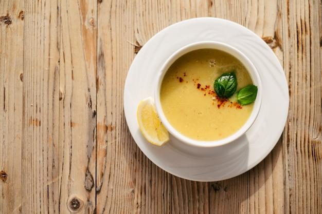 Soupe de lentilles servie sur la table dans un restaurant turc