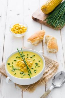 Soupe de maïs dans un bol blanc en bois