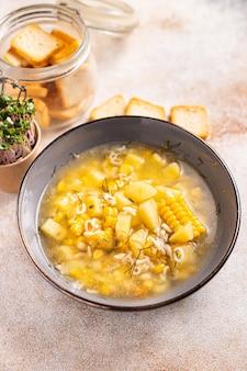 Soupe de maïs végétarien premier plat légume pommes de terre pâtes alphabet bouillon de légumes pas de viande frais