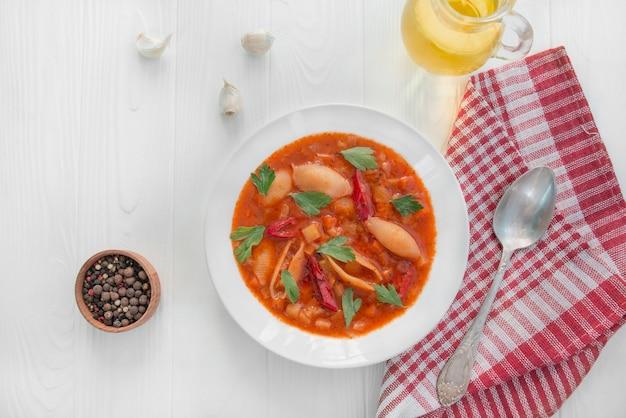 Soupe minestrone aux pâtes et aux herbes. cuisine italienne. plat végétarien. table à dinner. fond de bois blanc. espace de copie.