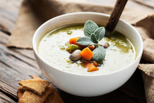 Soupe minestrone dans un bol blanc