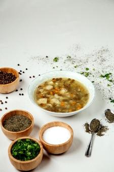 Soupe minestrone sur la table