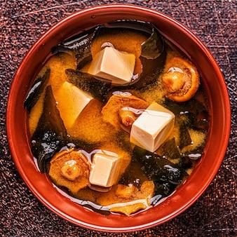 Soupe miso, cuisine japonaise traditionnelle, vue de dessus.