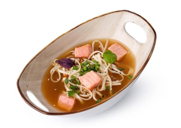 Soupe miso japonaise isolée sur une surface blanche