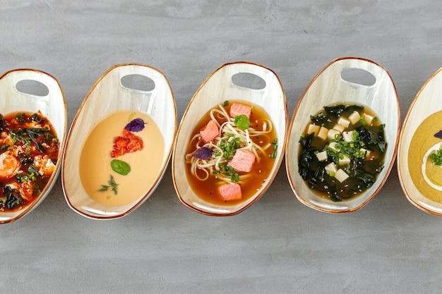 Soupe miso tom yam et soupes à la crème sur table grise