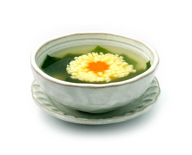 Soupe miso wagame aux oeufs en forme de fleur de tofu aux algues wagame