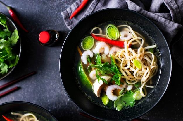 Soupe De Nouilles Asiatique Authentique Dans Un Bol Noir Photo gratuit