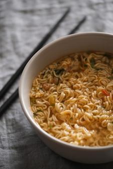 Soupe De Nouilles Asiatique Dans Un Bol Avec Vue De Dessus De Baguettes En Bois Photo Premium