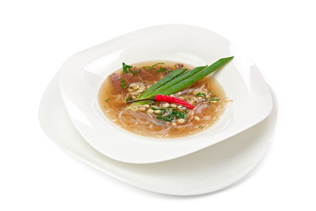 Soupe de nouilles asiatiques au boeuf isolé
