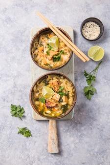 Soupe de nouilles asiatiques miso ramen avec tempeh ou tempe dans un bol.
