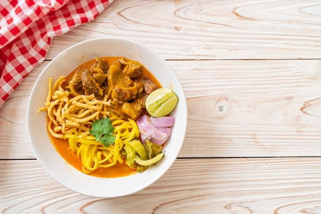Soupe de nouilles au curry du nord de la thaïlande avec porc braisé - style cuisine thaïlandaise