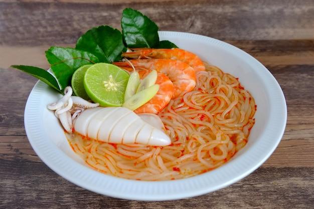 Soupe de nouilles aux fruits de mer vietnamienne