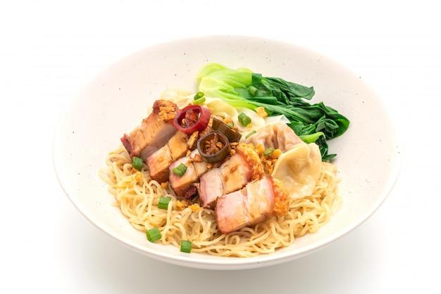 Soupe de nouilles aux oeufs avec poitrine de porc croustillante et wonton