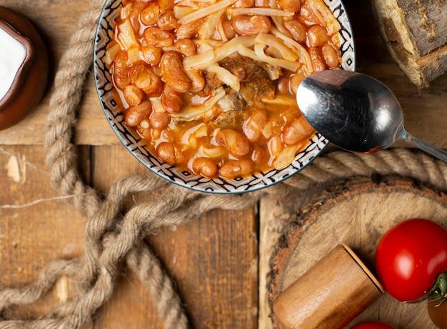 Soupe de nouilles chinoises aux herbes et épices dans un bol décoratif. vue de dessus.