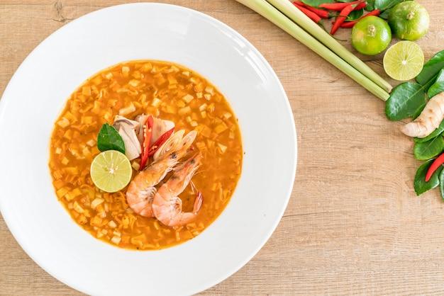 Soupe de nouilles épicées aux crevettes