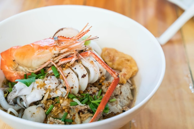 Soupe de nouilles épicées aux fruits de mer asiatiques