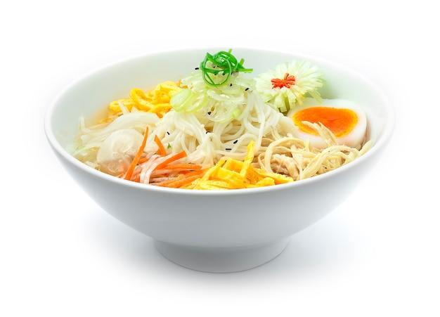 Soupe de nouilles froides coréenne naengmyeon servi des légumes dans un bol blanc cuisine coréenne traditionnelle