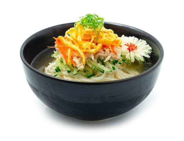 Soupe de nouilles froides coréenne naengmyeon traditionnelle coréenne