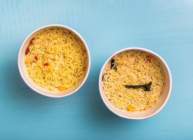 Soupe de nouilles ramen à plat dans des bols