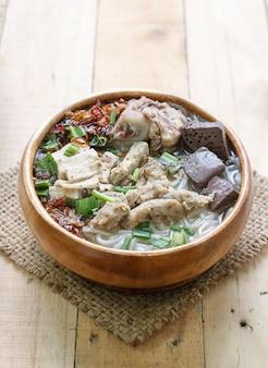 Soupe de nouilles de riz aux côtes levées de porc
