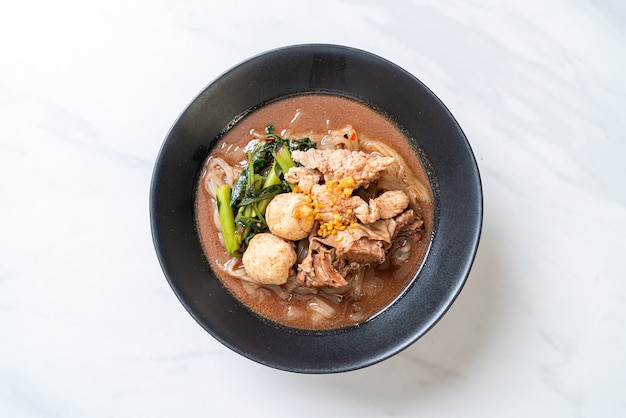 Soupe de nouilles de riz avec ragoût de porc - style cuisine asiatique