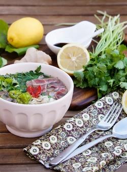 Soupe de nouilles vietnamienne avec bouillon