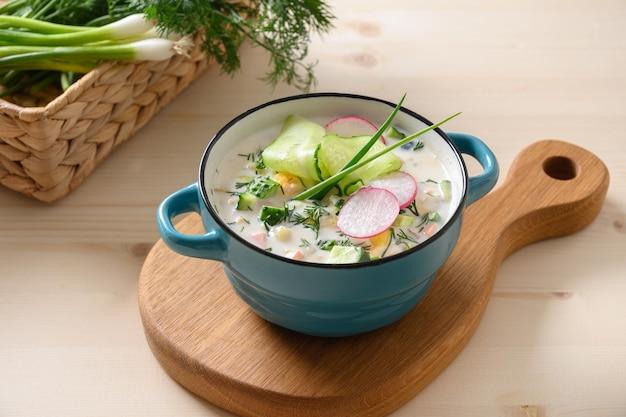 Soupe d'okroshka d'été russe au kéfir. okroshka fraîcheur à base de légumes d'été hachés, concombre, radis, pomme de terre, œufs durs, aneth au kéfir ou à l'airan, eau gazéifiée. fermer.