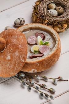 Soupe de pâques polonaise avec oeuf et saucisse