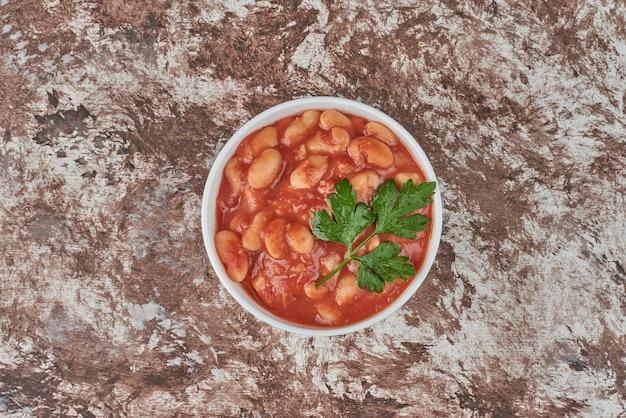 Soupe de pâtes aux herbes et sauce tomate.