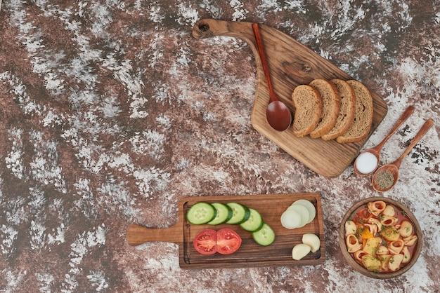 Soupe de pâtes avec un plateau de légumes autour