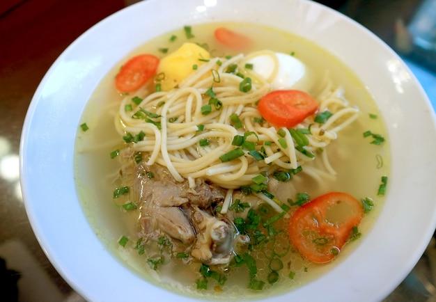 Soupe péruvienne au poulet et aux nouilles