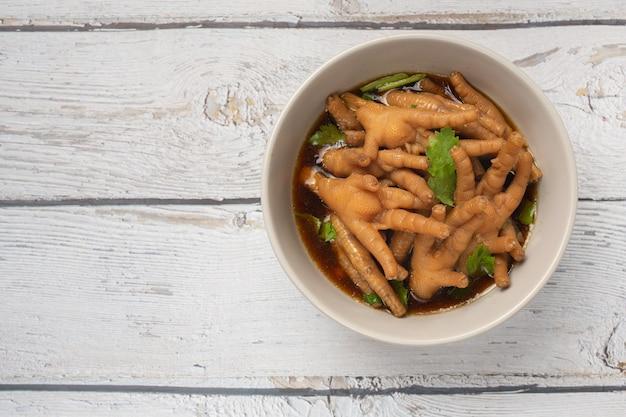 Soupe de pieds de poulet ragoût servie avec sauce de poisson épicée