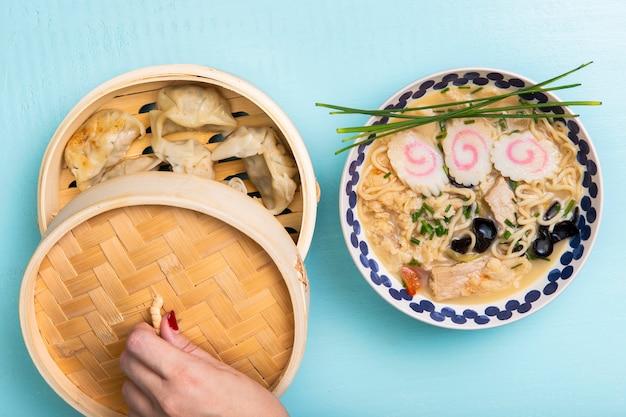 Soupe plate de ramen et dumplings à la vapeur