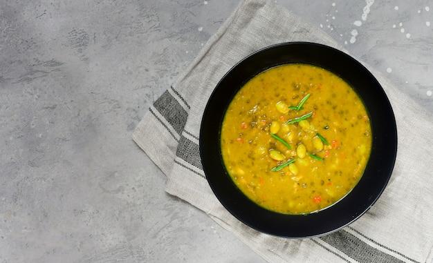 Soupe de pois cassés au poulet et haricots verts, recette de la cuisine asiatique