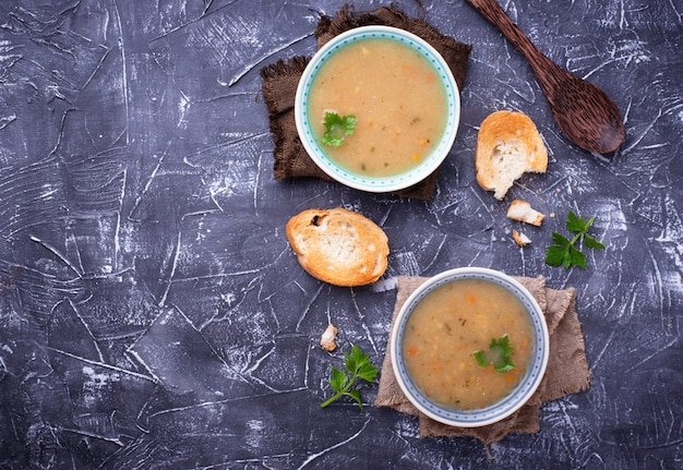 Soupe de pois végétarienne saine sur fond de béton