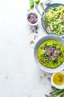 Soupe de pois verts et nouilles aux courgettes