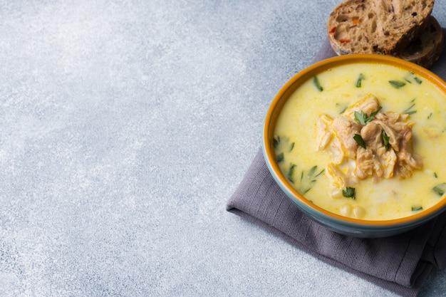 Soupe de poisson au saumon rose à la crème dans un bol en céramique.