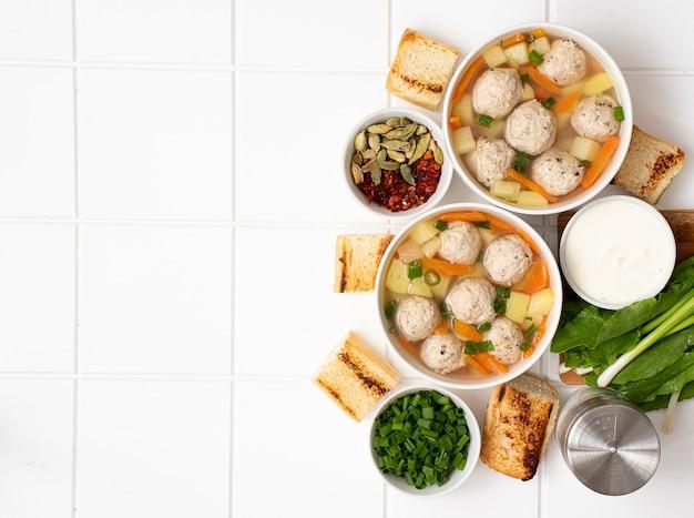 Soupe de pommes de terre aux boulettes de viande, carottes et herbes