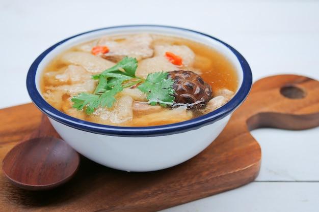 Soupe de porc braisé aux herbes chinoises et bambou, soupe aux champignons et bambou
