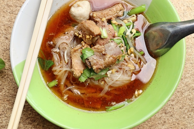 Soupe de porc cuite avec boulette de viande