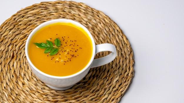 Soupe de potiron sur un bol