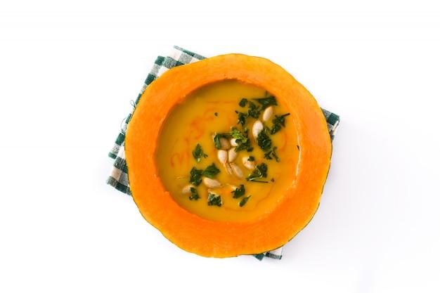 Soupe de potiron et carotte isolé sur blanc. vue de dessus