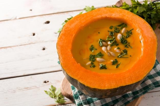 Soupe de potiron et carotte sur une table en bois blanche. espace de copie