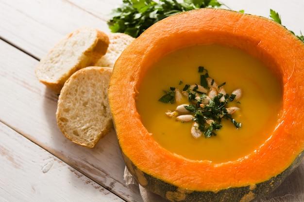 Soupe de potiron et carotte sur une table en bois blanche. nourriture d'automne.