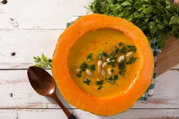 Soupe de potiron et carotte sur une table en bois blanche. vue de dessus