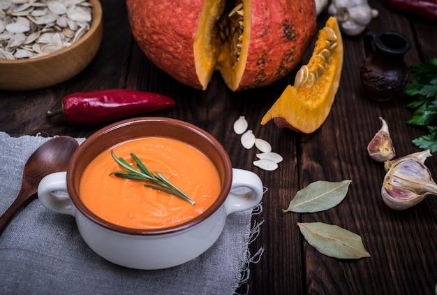 Soupe de potiron dans une assiette en céramique ronde