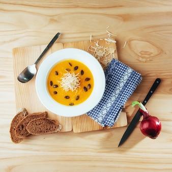 Soupe de potiron dans un bol blanc, légume diététique